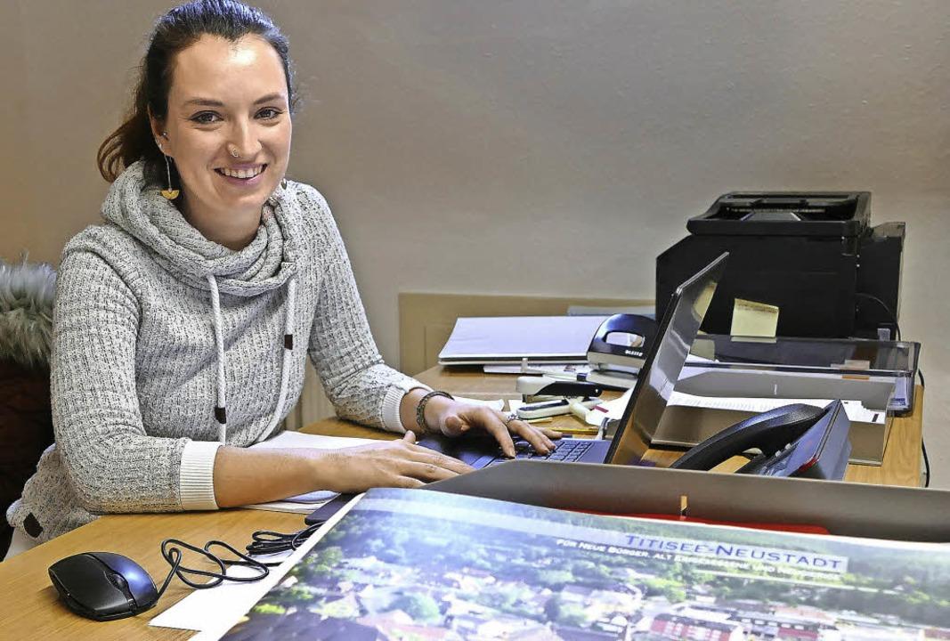 Die städtische Flüchtlingsbeauftragte Cäcilie Bivort in ihrem Büro   | Foto: Peter Stellmach
