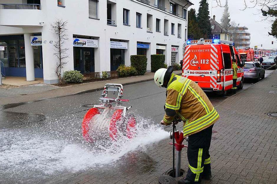 Die Basler Straße war nach Bekanntwerden des Brandes rasch gesperrt. (Foto: Hans-Peter Müller)