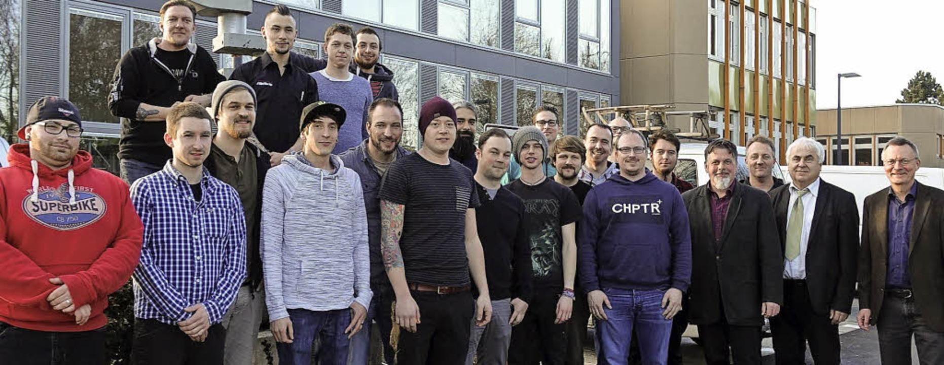 18 junge Männer haben an der Gewerbesc...weiradmechanikermeister abgeschlossen.  | Foto: Privat