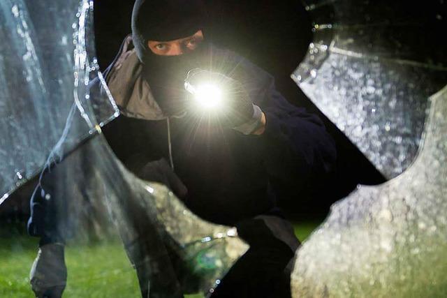 Einbrecher schlägt Fensterscheibe ein und klaut Armbanduhren