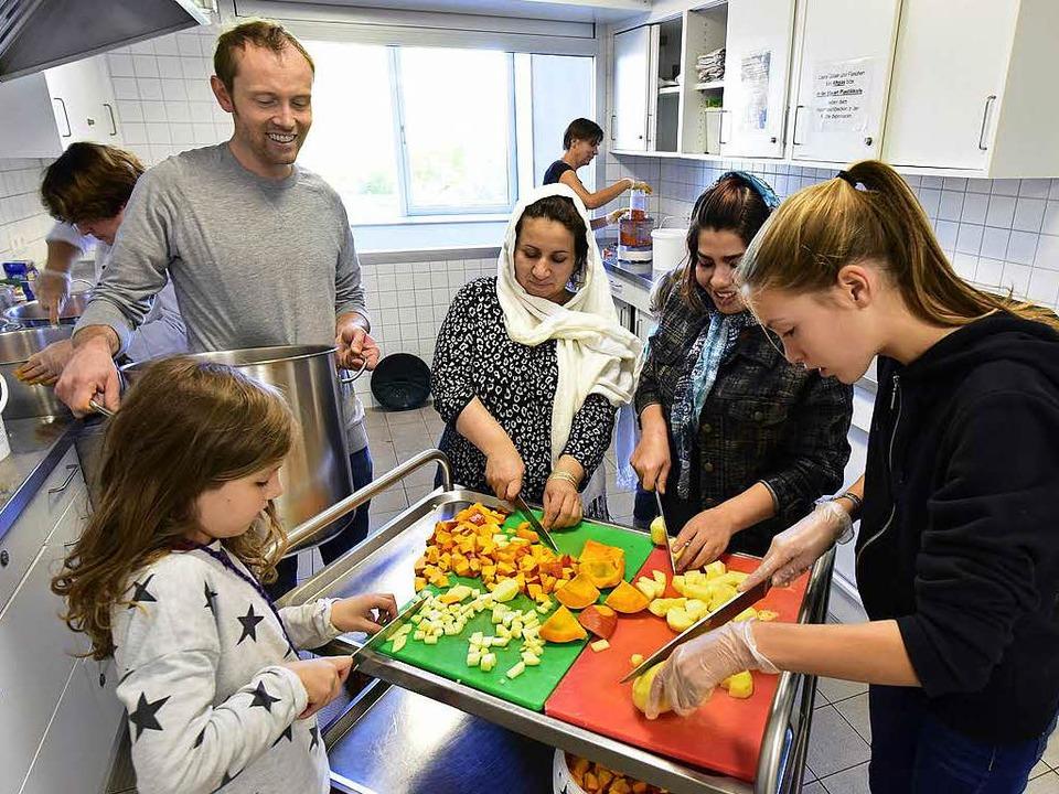 Multikulti Teamarbeit: Gemüse schnippeln kann Spaß machen.  | Foto: Thomas Kunz