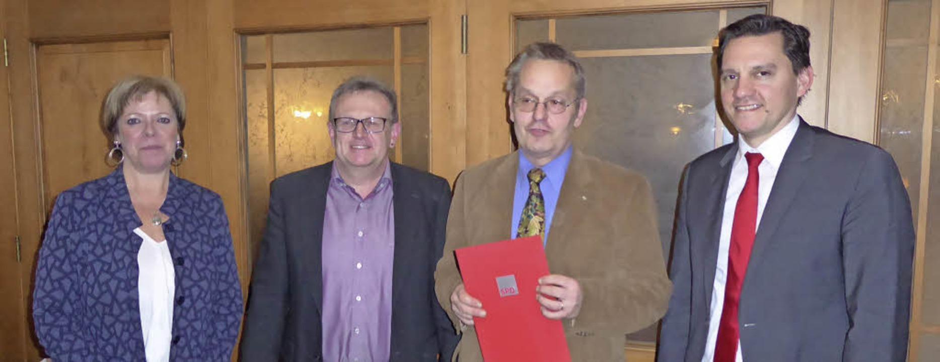 Bei der Ehrung der SPD (v. li.): Landt...ert Gärtner und MdB Johannes Fechner.   | Foto: Gutjahr
