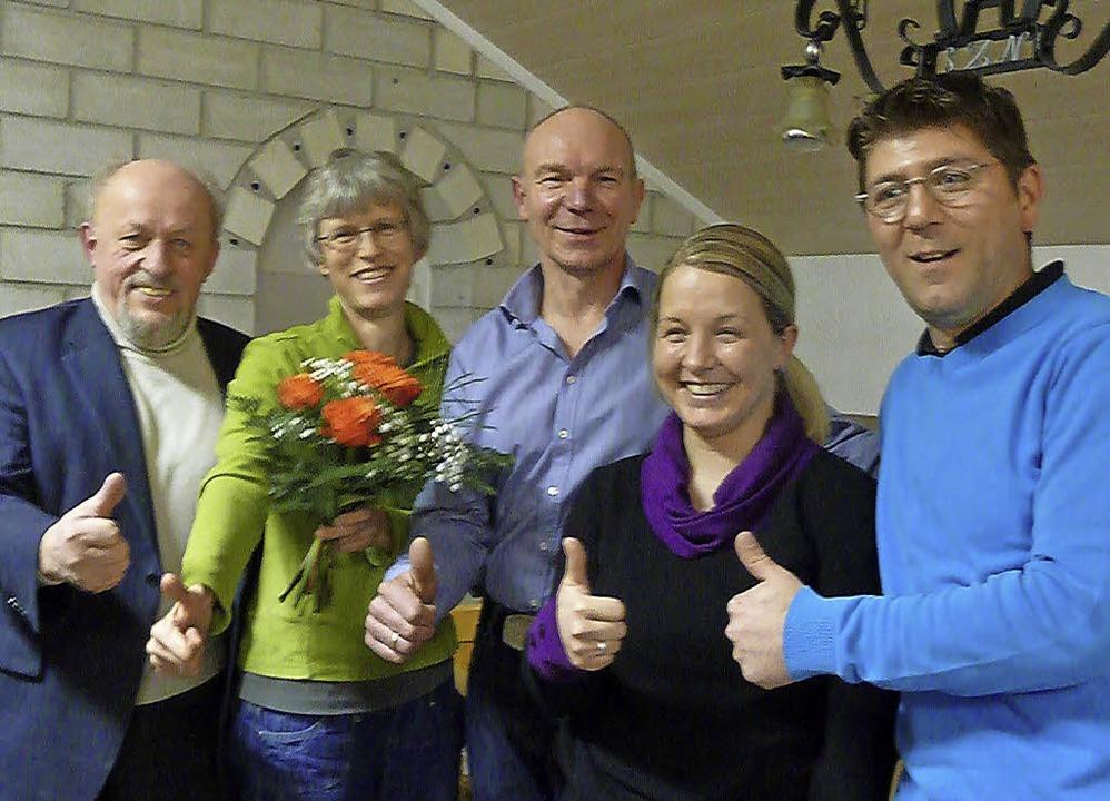 Daumen hoch: (von links) der scheidend...lmann und 2.Vorsitzender Stipo Babic.   | Foto: Jutta Rogge