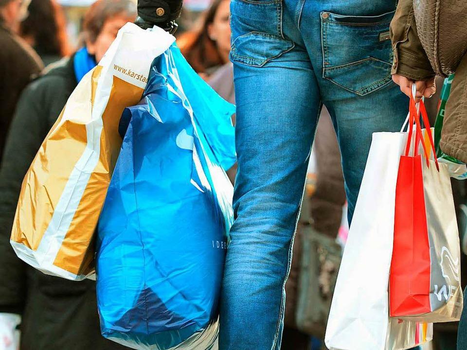 Arm trotz Arbeit? Verdi beklagt niedrige Einkommen im Einzelhandel.   | Foto: DPA