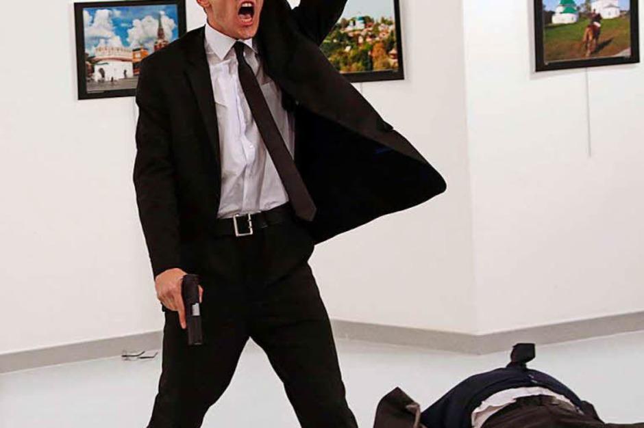 Das Foto des türkischen Fotografen Burhan Ozbilici von der Nachrichtenagentur AP zeigt den türkischen Polizisten, der am 19. Dezember 2016 in einer Galerie in Ankara (Türkei) den russischen Botschafter Andrej Karlow erschießt. (Foto: dpa)