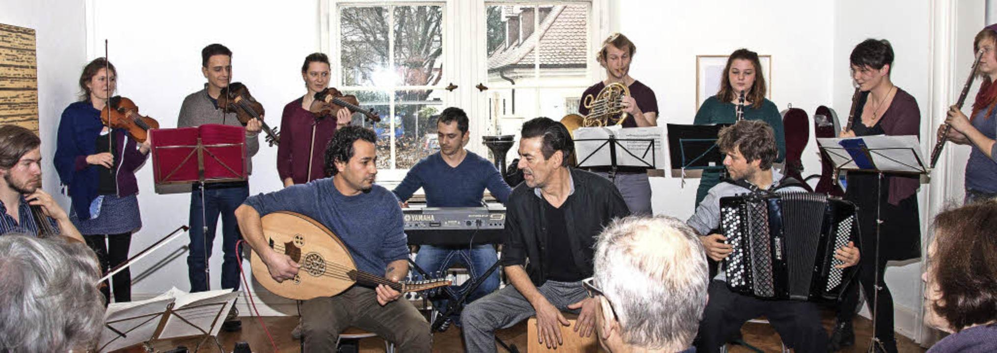 Das Heim- und Fluchtorchester beim Kon...der Bildmitte Bandleader Ro Kuijpers.   | Foto: Helmut Rothermel