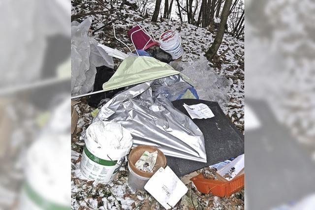 Dreiste Müllablagerungen im Wald