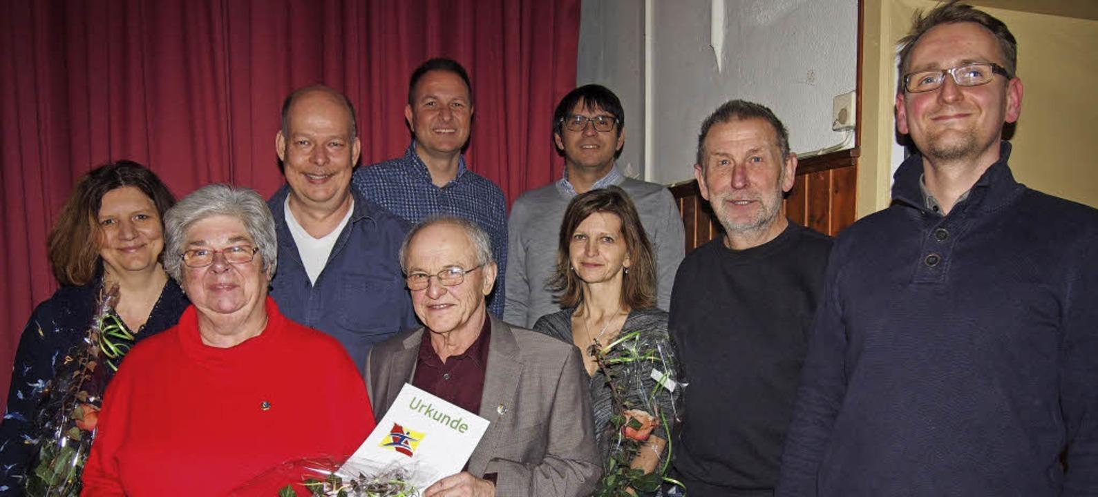 Ausgezeichnet: Stefan Drexler (rechts)...ngagierte Mitglieder des TV Hägelberg.  | Foto: Gabriele Poppen