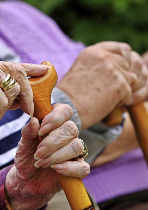 Die Fürsorge für alte Menschen soll um...n Pflegeheim in Kappel ergänzt werden.  | Foto: SYMBOLFOTO: DPA