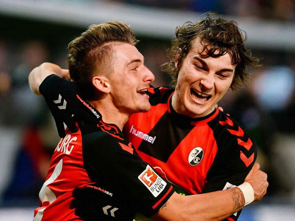 Eng beisammen: Maximilian Philipp, Caglar Söyüncü und der Rest des SC-Teams.  | Foto: dpa