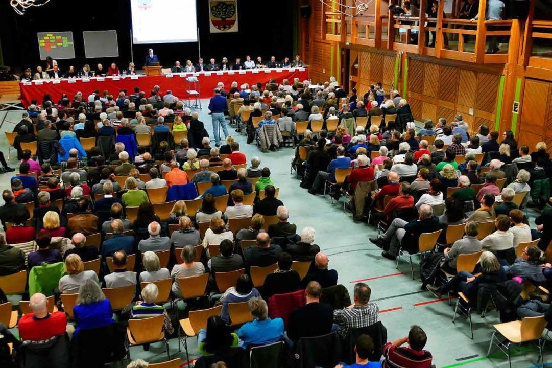 Rappelvoll war die Kageneckhalle bei der Einwohnerversammlung in Stegen.  | Foto: Markus Donner
