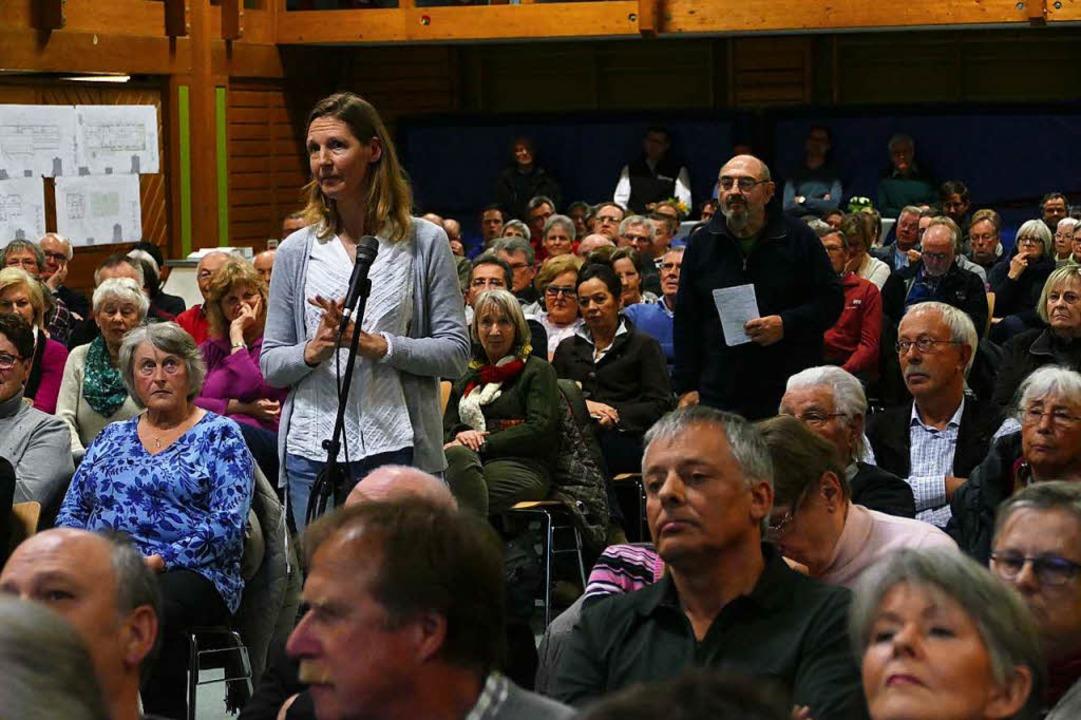 Viele Besucher der Einwohnerversammlung stellten Fragen zu dem Projekt.  | Foto: Markus Donner