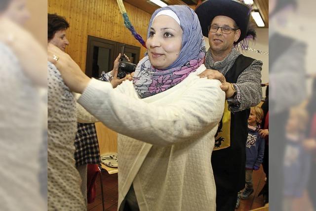 Narrengruppen stellten sich bei einem Café International den Flüchtlingen vor