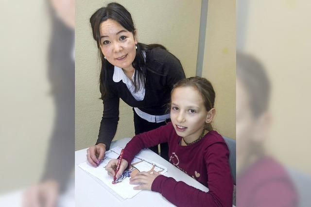 Studenten helfen Schülern bei Integration
