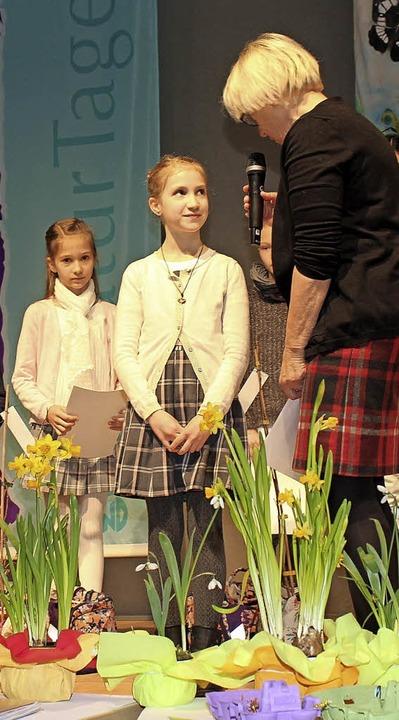 Rebecca (Mitte) und Myriam Huber aus G...nder für ihre Naturtagebücher geehrt.   | Foto: BUNDjugend