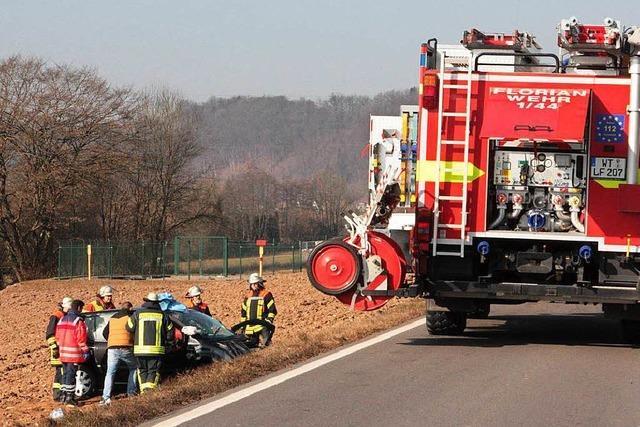 Laster stößt Auto von der Straße