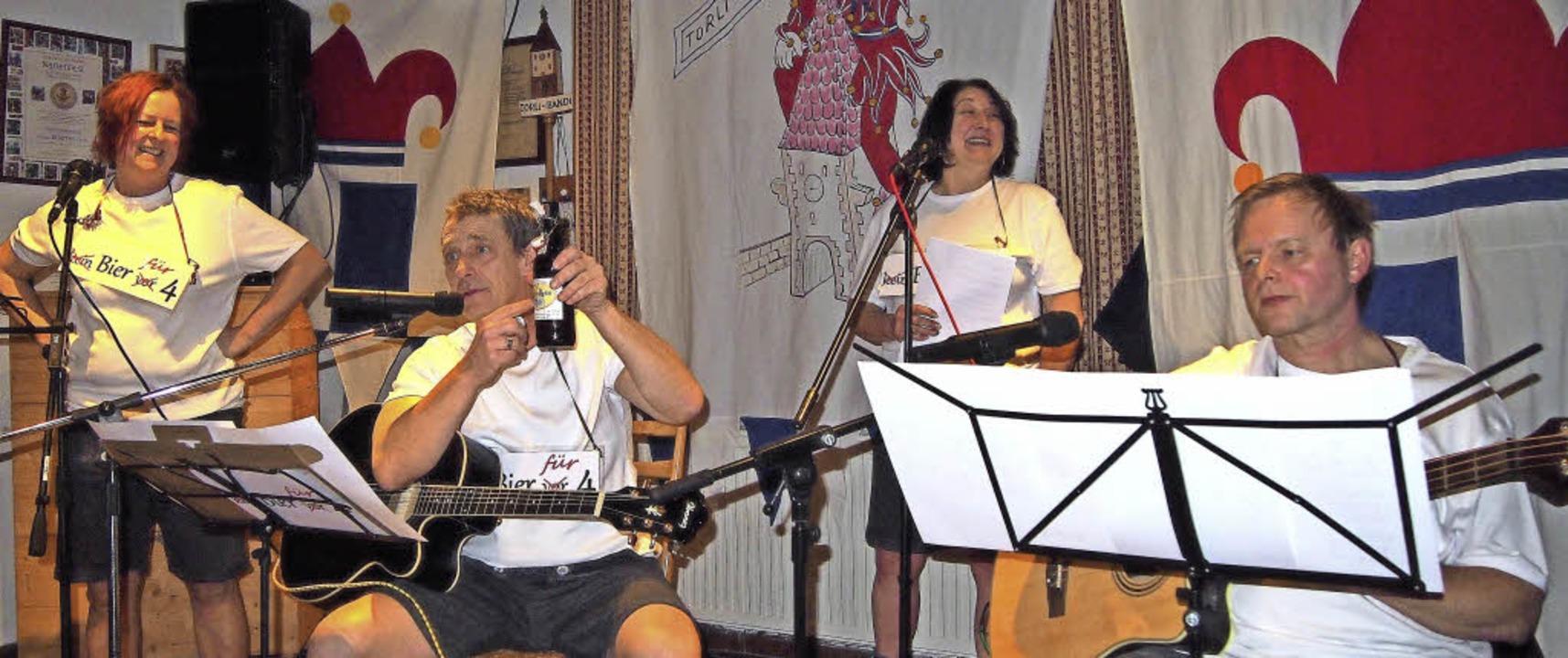 Mit Gitarre und Gesang unterhielten Ut...220; beim Kappenabend der Torli-Bandi.  | Foto: Privat