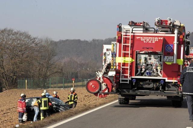 Lastwagen stößt Auto bei Öflingen von der B 34