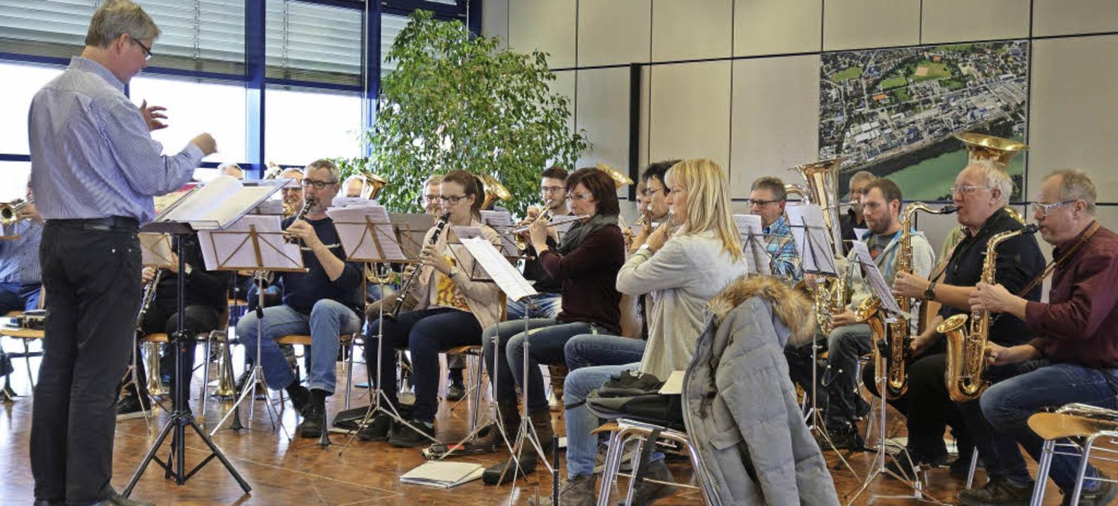 Die 35 Mitglieder der  Evonik Werksmusik mit Dirigent Eckhart Hanser im Einsatz   | Foto: Evonik