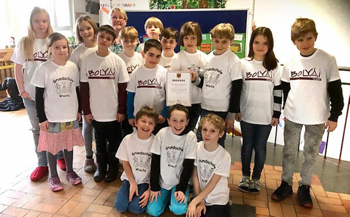 Präsentieren stolz ihre Preise: Die Wi... Mathewettbewerb Bolyai teilgenommen.   | Foto: Privat