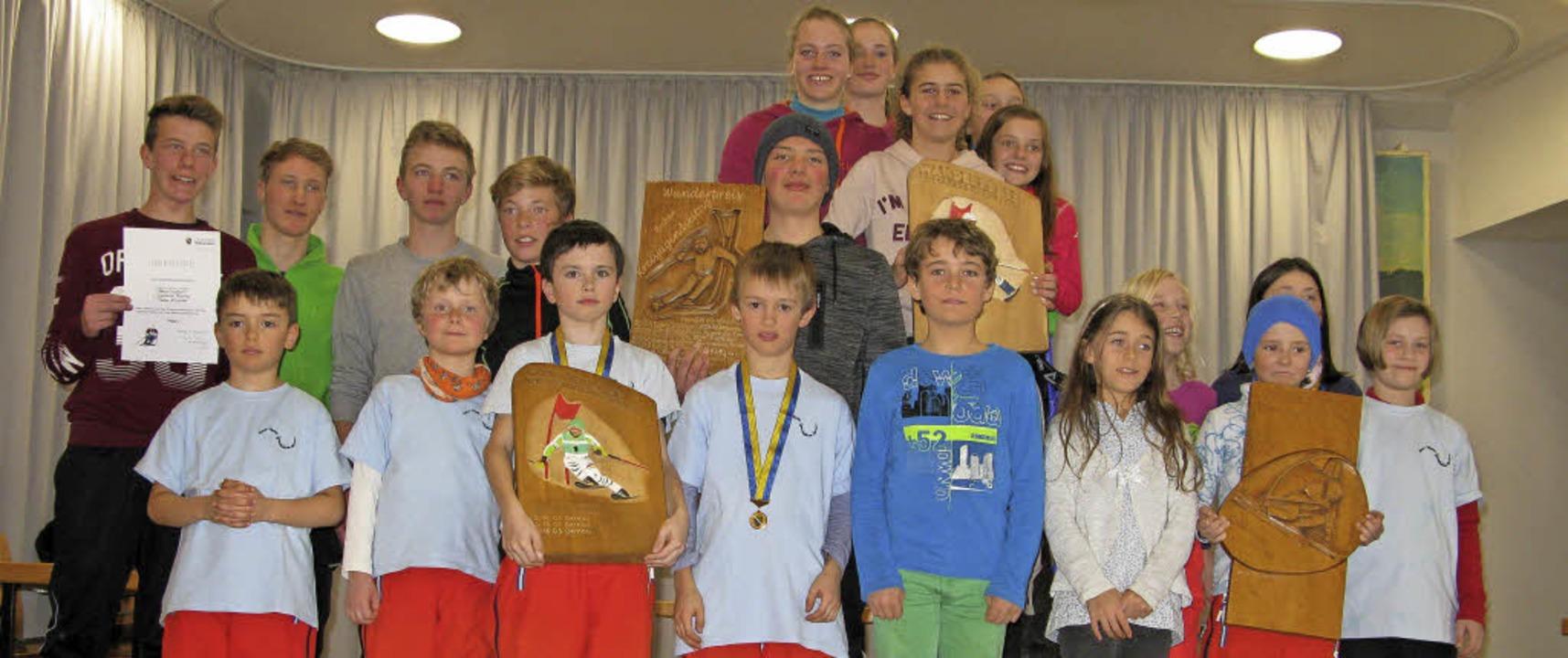 Die vier besten Schulmannschafte präse...S St. Blasien), Jungen (RS Bonndorf).   | Foto: Ulrike Spiegelhalter