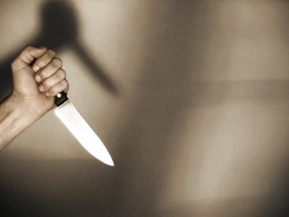 Mit einem Messer (Symbolbild) soll der...edroht und so das Geld erbeutet haben.    Foto: fotolia.com/Falko Matte
