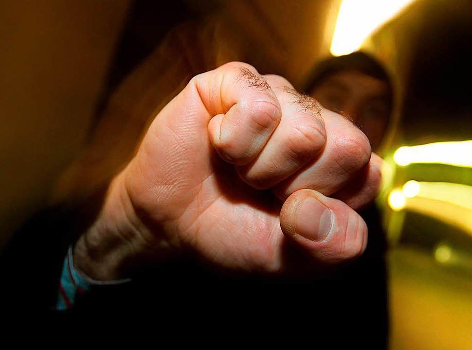 Nicht nur mit ihren Fäusten (Symbolbil... Gruppen aufeinander losgegangen sein.  | Foto: dpa