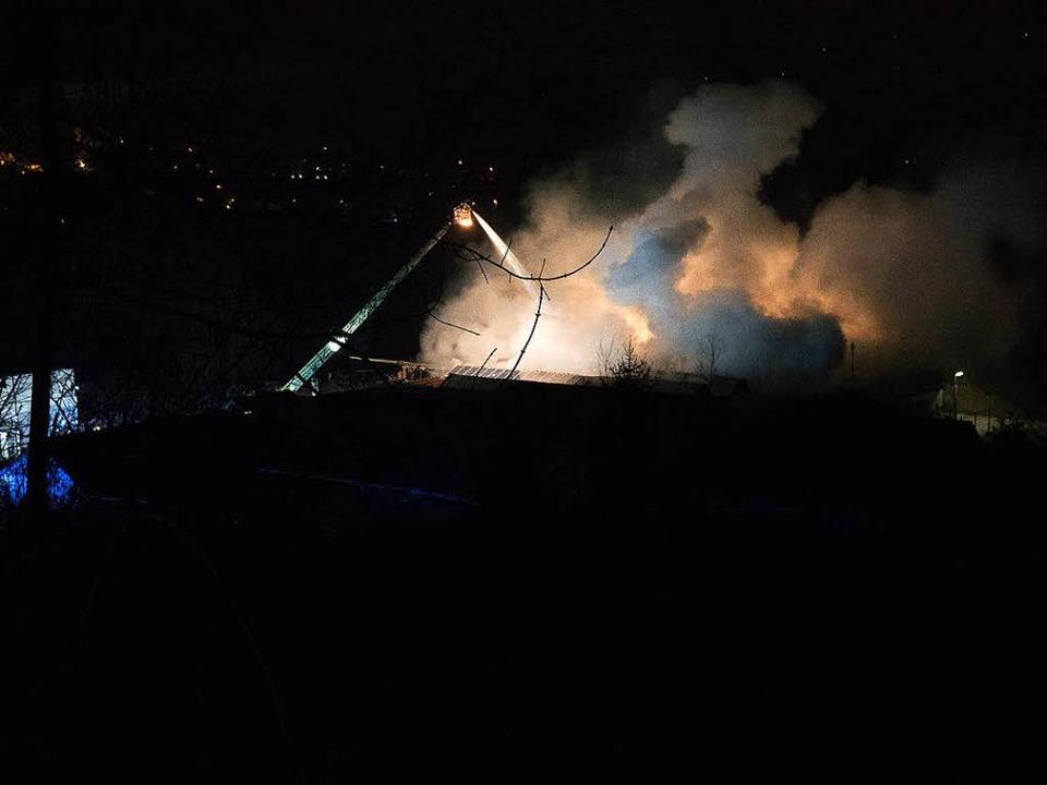 In Unterlauchringen hat ein altes Fabr...äude in der Nacht lichterloh gebrannt.  | Foto: kamera24