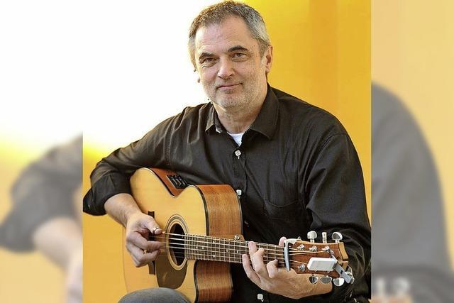 Gitarrist Bernd Gast spielt im Rahmen des Grand Salon in der Villa Berberich