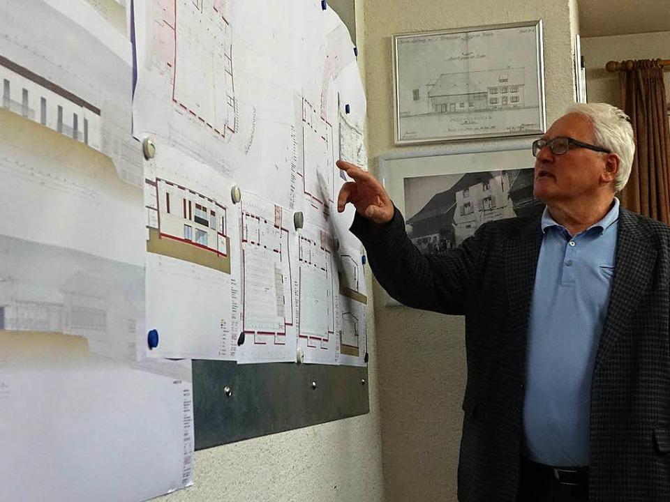 Ortsvorsteher Ino Hodapp stellte im Or...srat die Pläne für den Hallenbau vor.   | Foto: Hans-Jürgen Hege