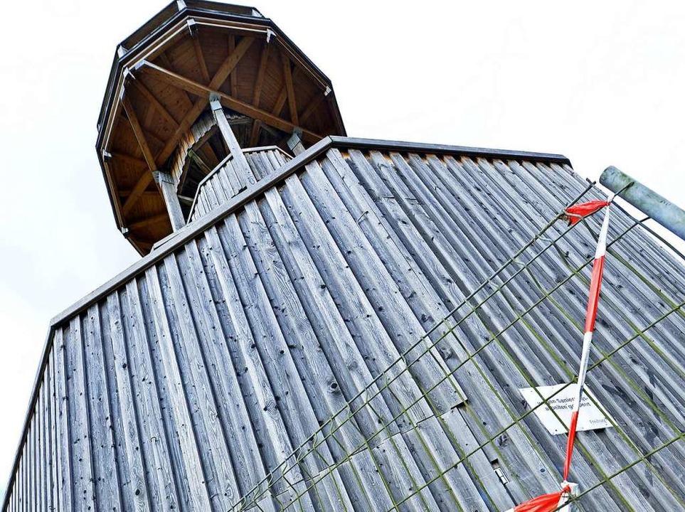 Der 1986 errichtete Aussichtsturm im S...ach einem Brand 2004 wieder aufgebaut.  | Foto: Michael Bamberger
