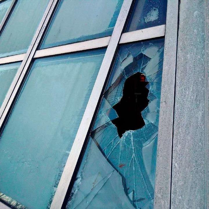 An Weihnachten 2016 schlugen Unbekannt... Doppelglasscheibe der Ökostation ein.  | Foto: Privat
