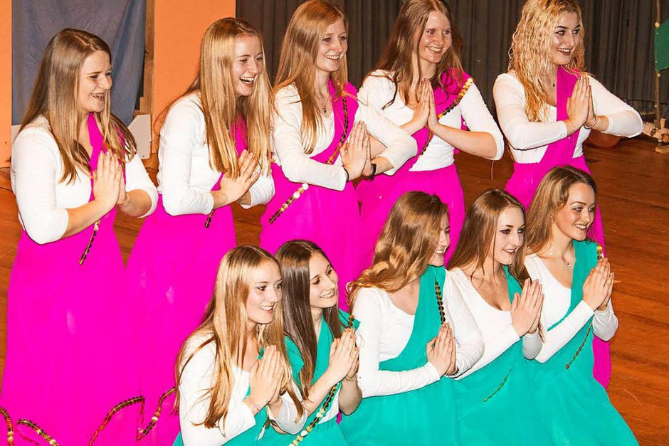 Als Augenweide erwies sich das Showballett in pink- und grünfarbenen Saris. (Foto: Wilfried Dieckmann)