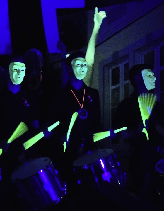 Coole Zundelmacher-Performance  im Schwarzlicht  | Foto: Wehrle
