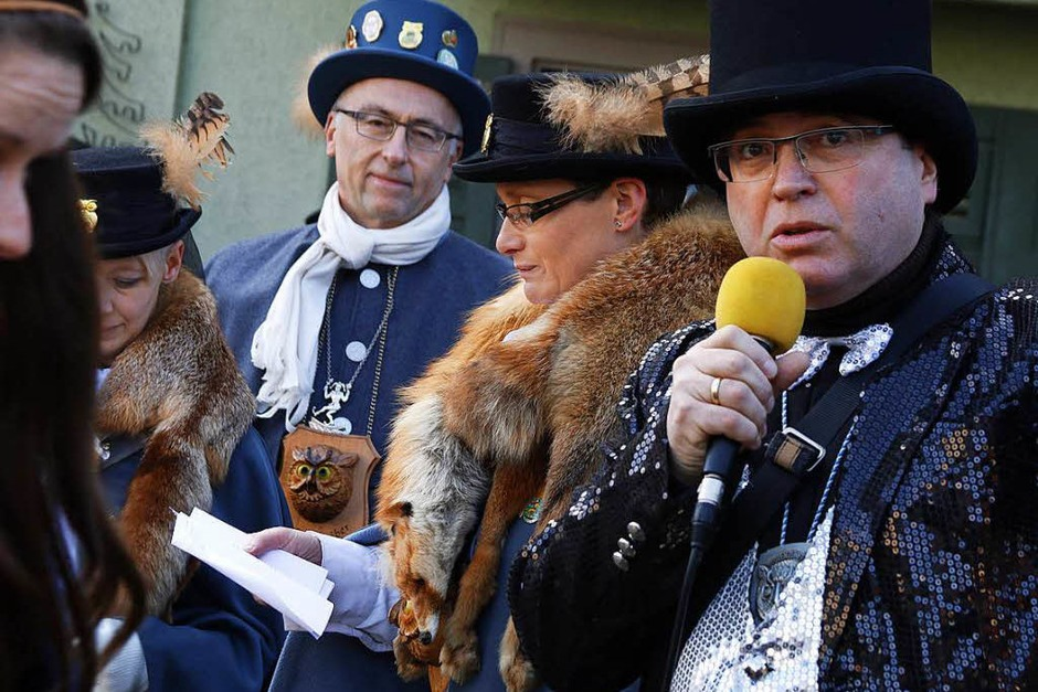 Bürgermeister Thomas Schäfer (rechts) beim Narrenbaumstellen. (Foto: Heidi Foessel)
