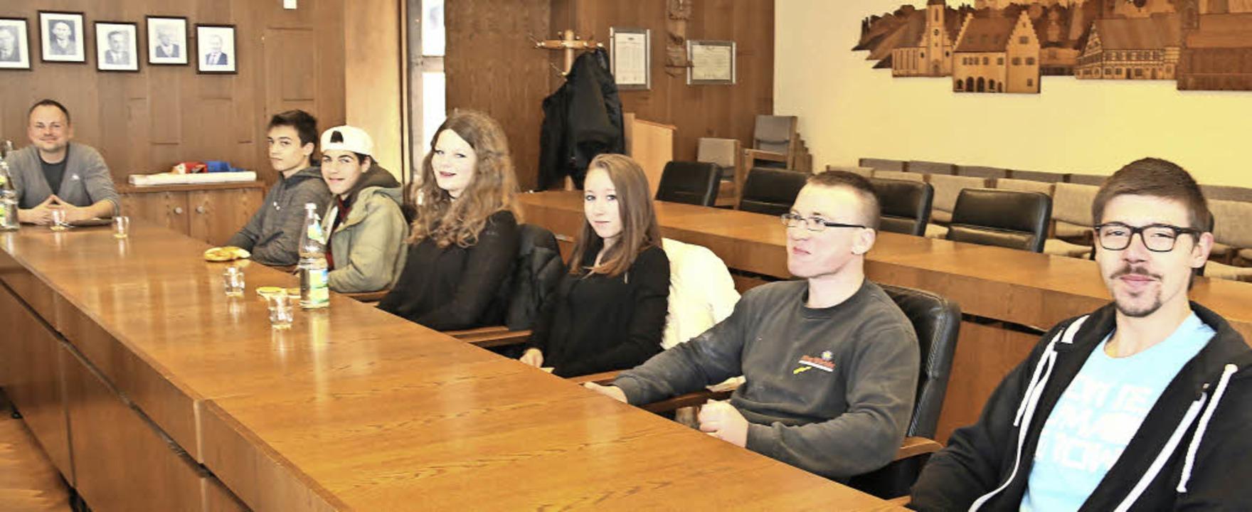 Für die  Jugendbeteiligung im Rathaus ...die Teilnehmer schon mal am Ratstisch.  | Foto: Dagmar Barber