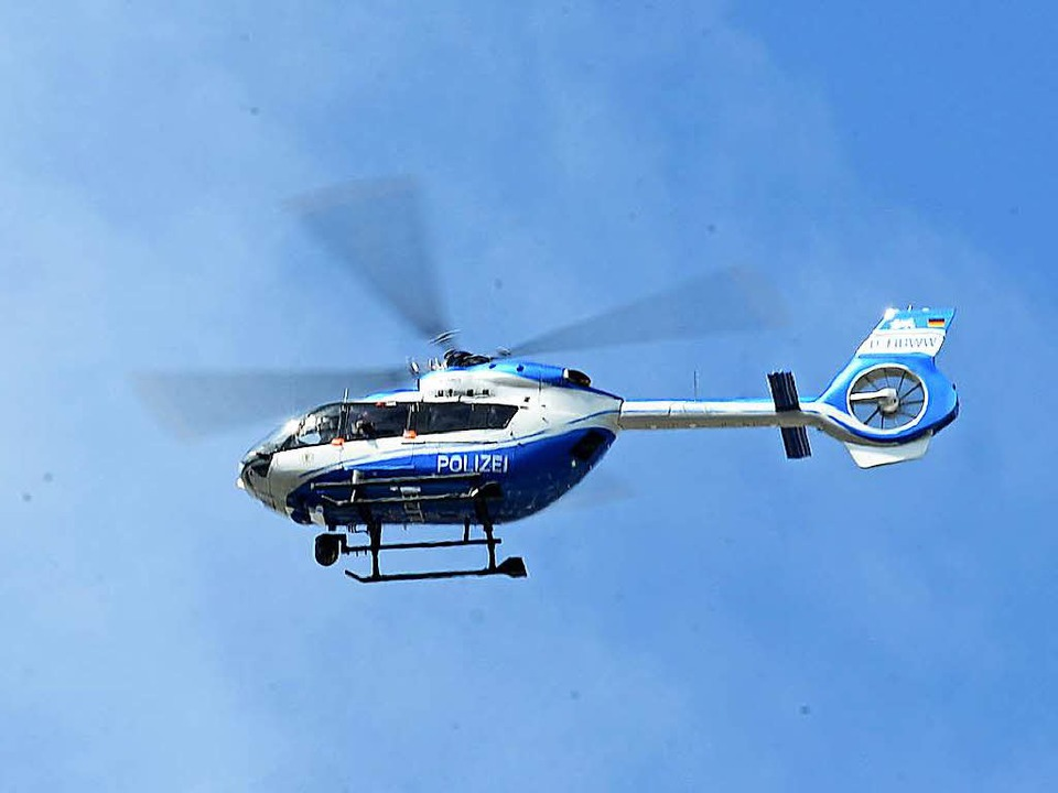 Die Polizei hat auch mit einem Helikopter nach dem Täter gefahndet (Symbolbild).  | Foto: Ingo Schneider