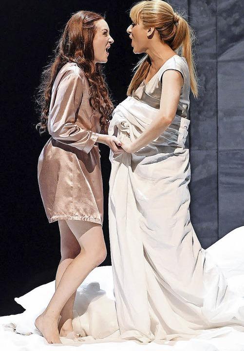 Semele (Jennifer France, links)  zusammen mit Ino (Dilara Bastar)    Foto: dpa