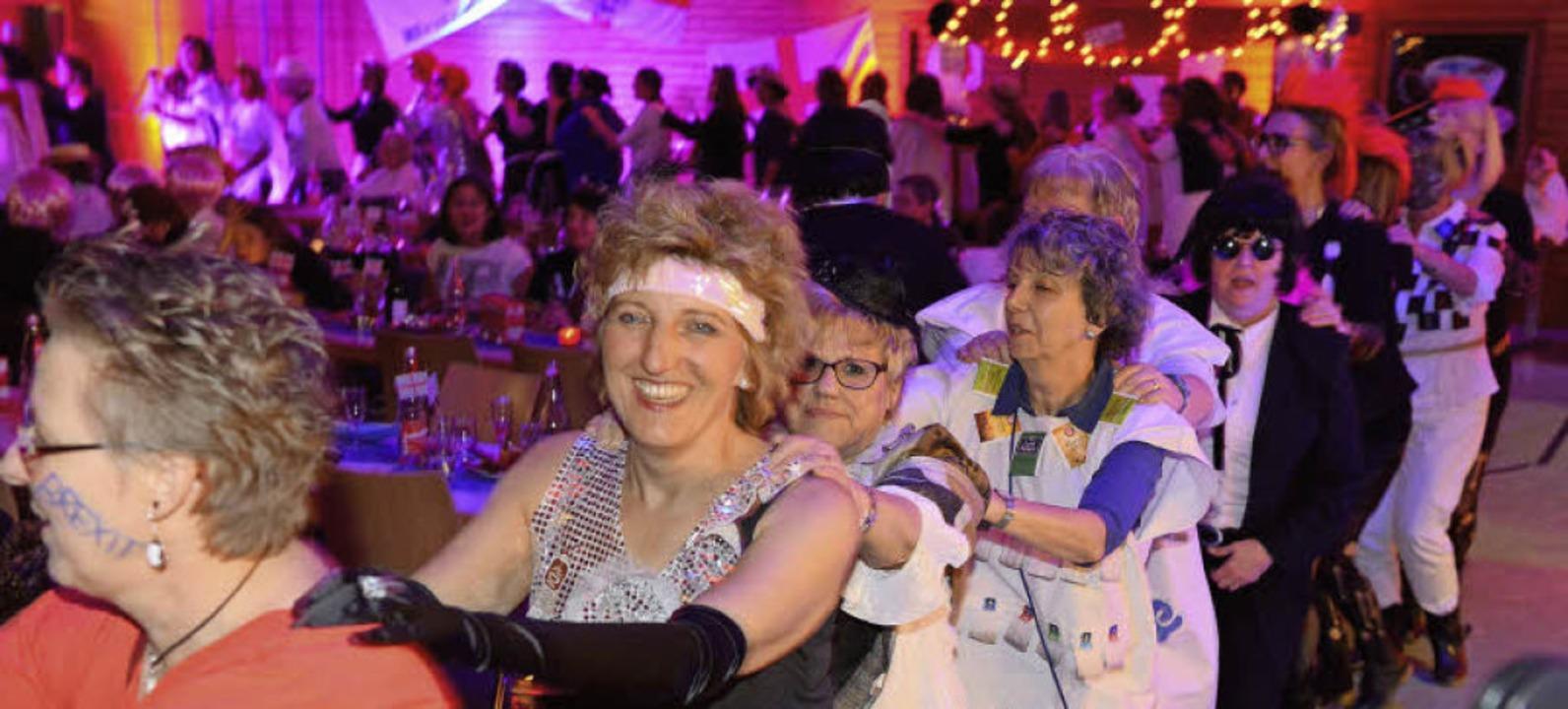 Auch kontinentalen Spaß-Konventionen w...aise waren die Ladies nicht abgeneigt.  | Foto: Rita Eggstein
