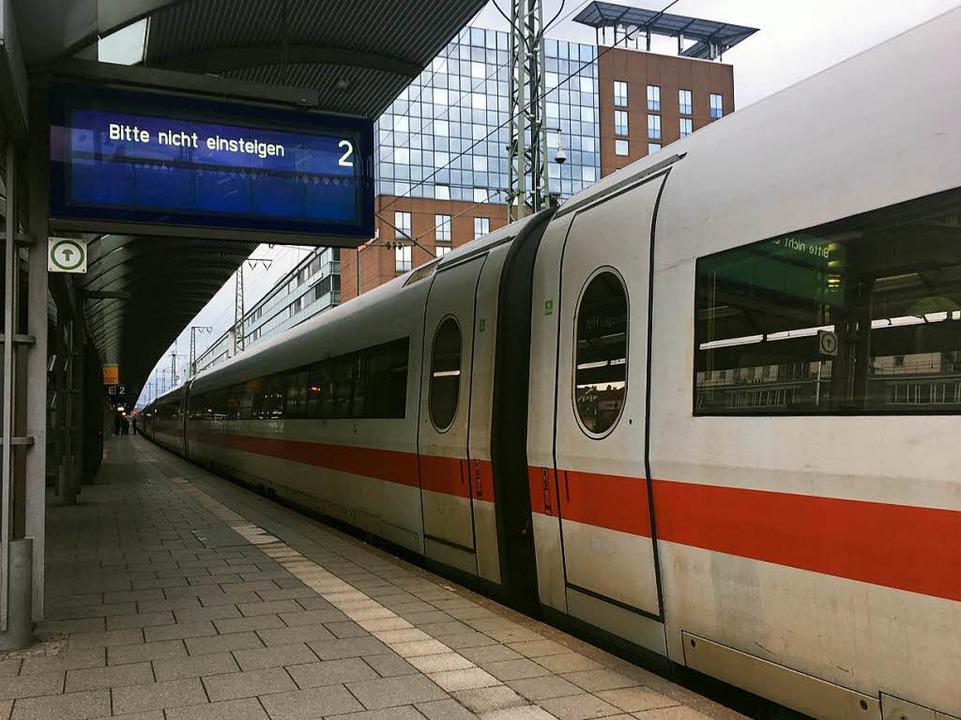 Gestrandeter ICE-Zug in Freiburg  | Foto: Carolin Buchheim