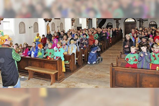 Kirchenbesucher im Fasnethäs