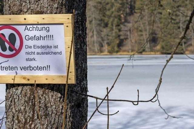 Dünnes Eis bedeckt Schlüchtsee