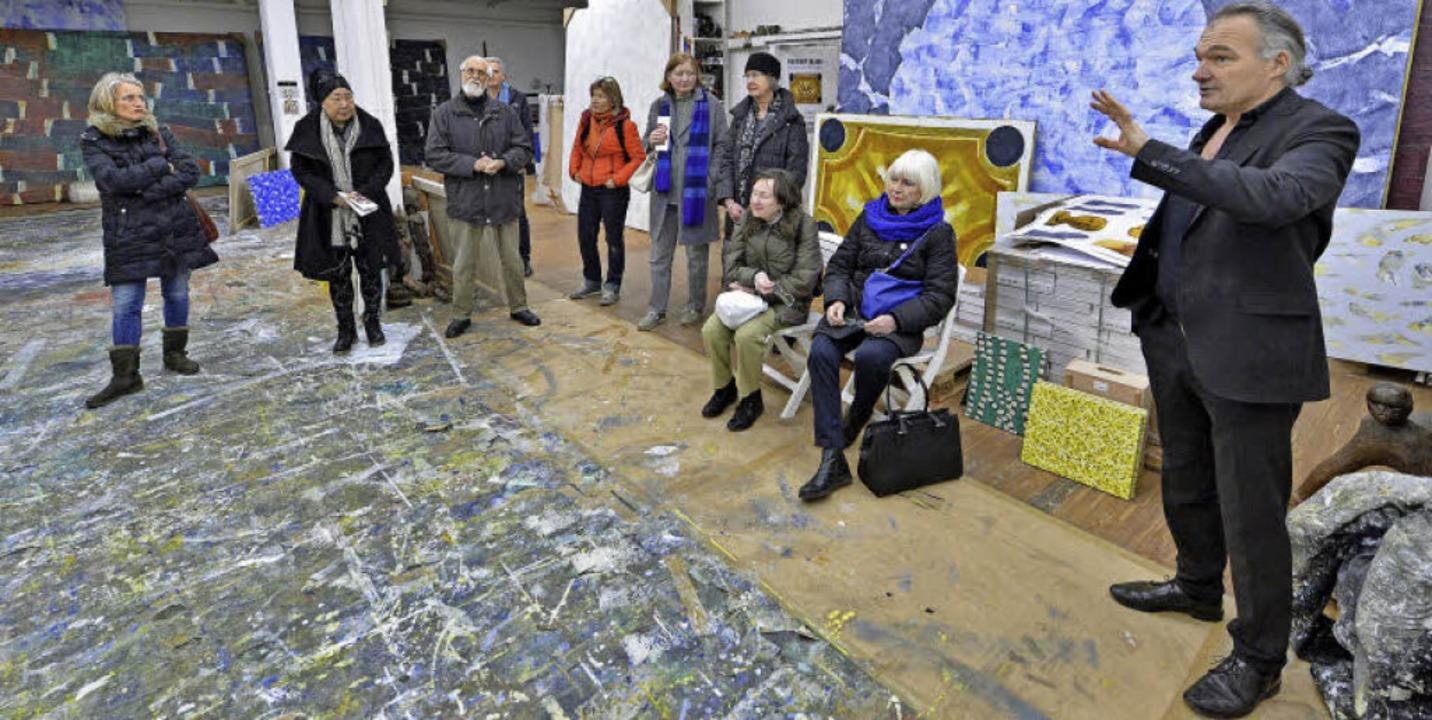 Einblicke in den künstlerischen Schaff...rinnen und Besuchern in seinem Atelier    Foto: Michael Bamberger