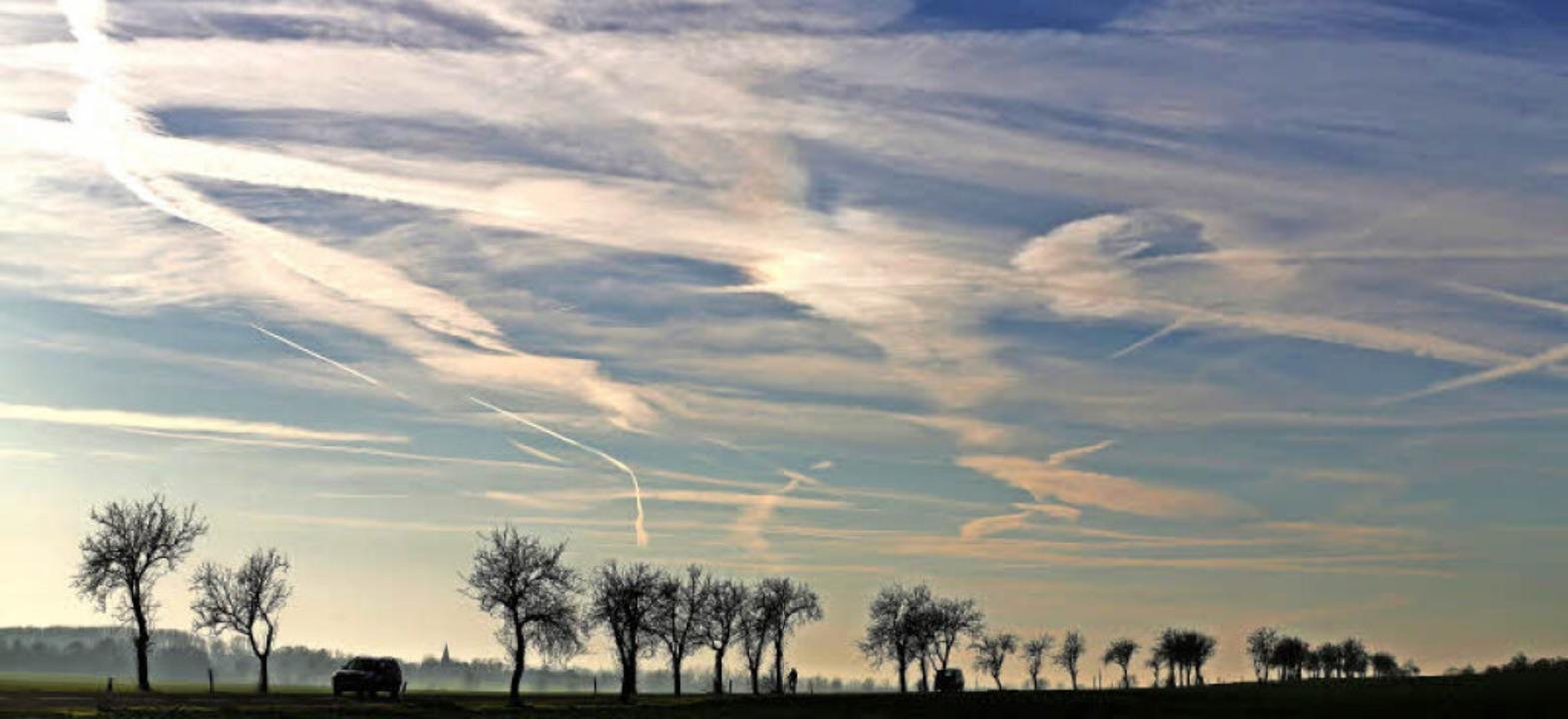 Kondensstreifen von Flugzeugen: Manche...s Volk dumm und unfruchtbar zu machen.  | Foto: Jan Woitas