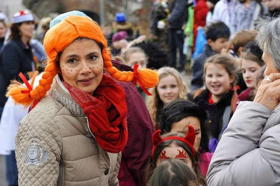 Wenn die Lehrerinnen mitmachen und sich auch verkleiden, freut das die Schüler. (Foto: Hans-Peter Müller)