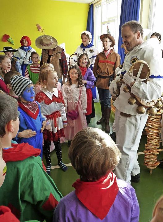 Narrenvater Arno Moritz erklärt dem Na...s, wie der närrische Schultag abläuft.    Foto: Heidrun Simoneit