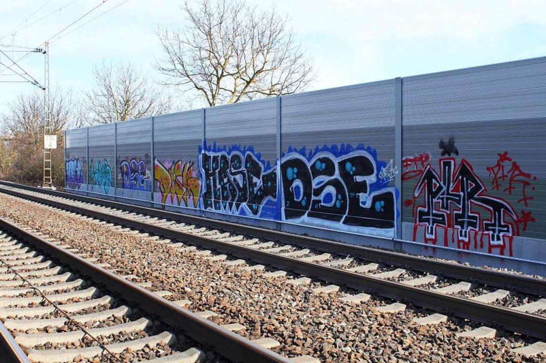 Die ersten Graffitikünstler haben sich...r neuen Lärmschutzwand schon verewigt.  | Foto: Adelbert Mutz
