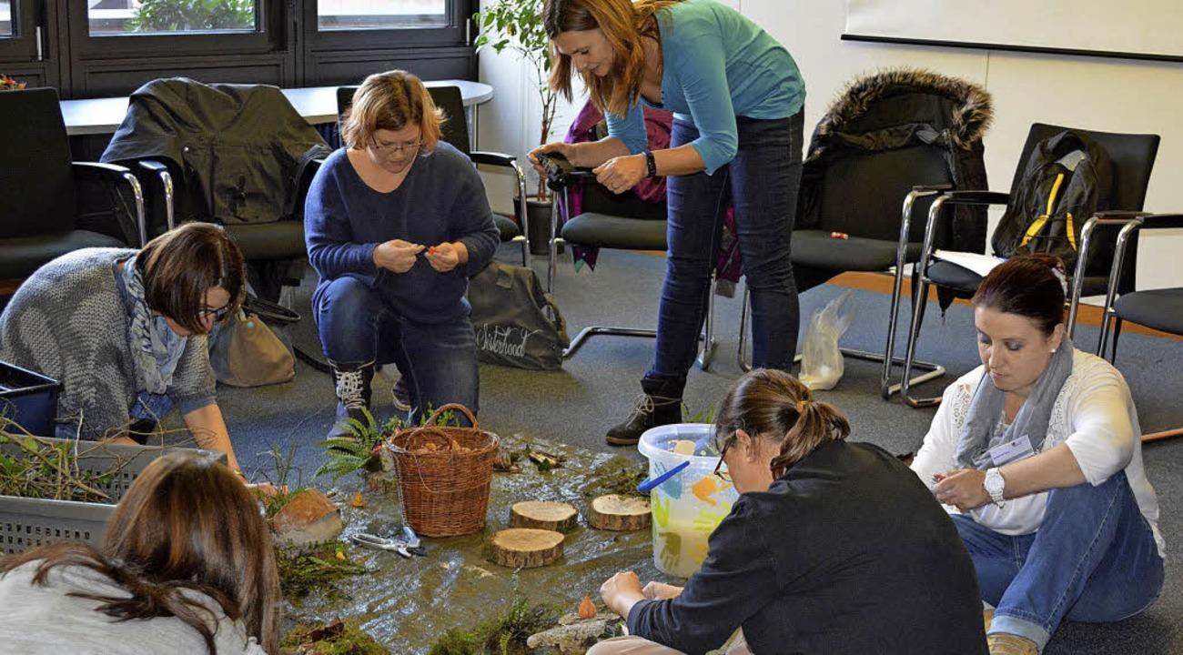 Die Teilnehmerinnen basteln mit Naturmaterialien.  | Foto: ZVG