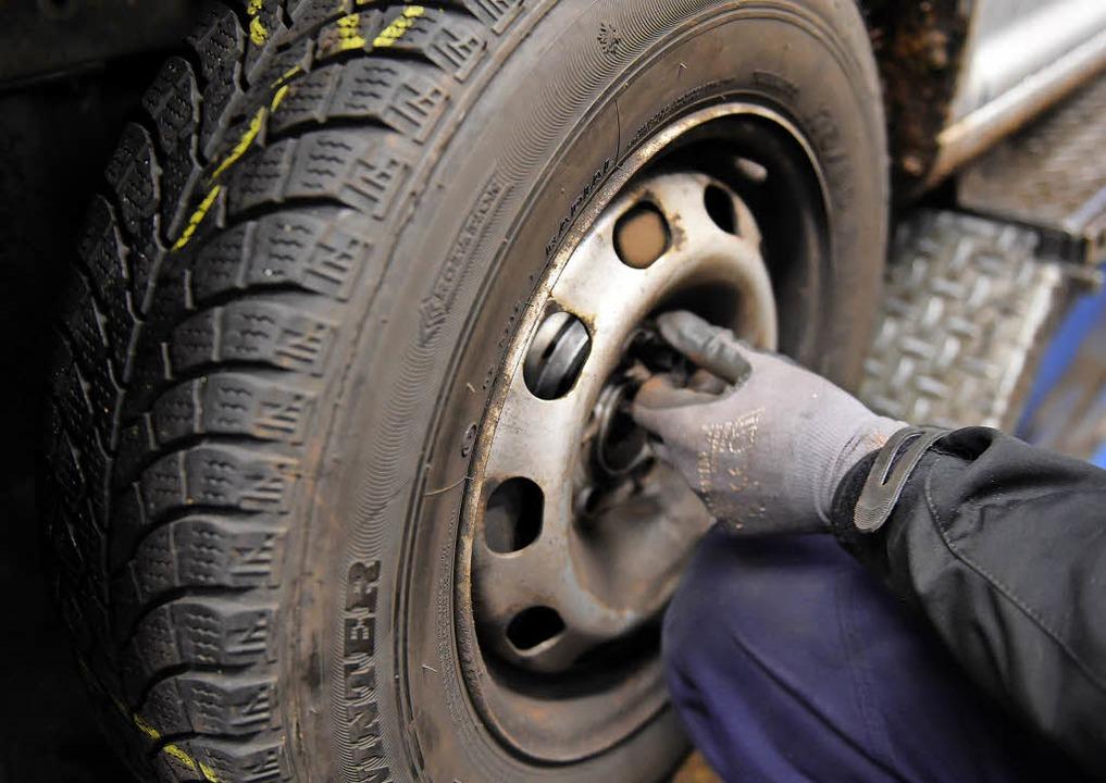 Beim Reifenwechsel auch auf das Alter achten.     Foto: dpa
