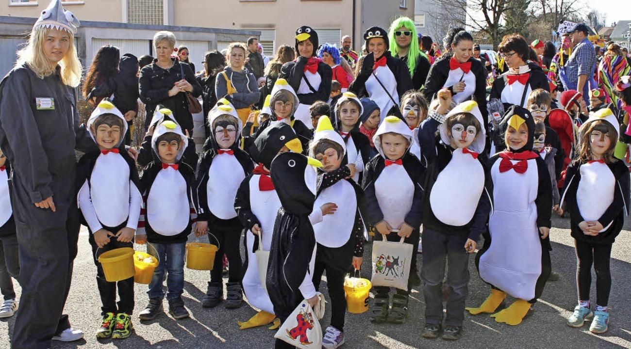 Die Jungen und Mädchen des Kindergarte...innen in lustigen Pinguinkostümen vor.  | Foto: Michelle Güntert